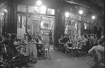 Roger-Viollet | 589238 | The terrace of the café La Palette, at night. Paris (VIth arrondissement), 1991. | © Roger-Viollet / Roger-Viollet