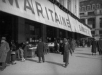 Roger-Viollet | 590774 | Paris, 1st district. Stalls of the Samaritaine stores, quai de la Mégisserie. 1937. | © Roger-Viollet / Roger-Viollet
