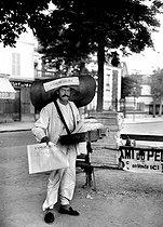 Roger-Viollet | 592116 | Newspaper seller, around 1920. | © Albert Harlingue / Roger-Viollet