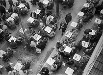 Roger-Viollet | 593605 | Terrasse de café en vue plongeante. Paris, vers 1925. | © Roger-Viollet / Roger-Viollet