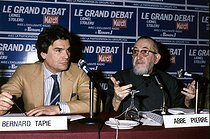 Roger-Viollet | 595155 | Abbé Pierre (Henri Grouès, 1912-2007), French ecclesiastic, and Bernard Tapie (born in 1943), French politician and businessman, during a debate at Europe 1 radio station. Paris, 1984. | © Roger-Viollet / Roger-Viollet