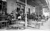 Roger-Viollet | 597220 | Terrace of the café de Bercy. Perpignan (Pyrénées-Orientales), circa 1900. | © CAP / Roger-Viollet