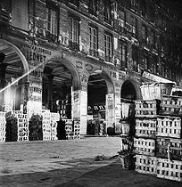 Roger-Viollet | 597576 | Crates of fruits at the Halles market. Paris (Ist arrondissement), 1939. | © Pierre Jahan / Roger-Viollet