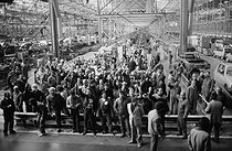 Roger-Viollet | 598692 | Piquet de grève (CGT) à l'usine Citroën. Aulnay-sous-Bois (Seine-Saint-Denis), 1984. | © Georges Azenstarck / Roger-Viollet