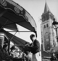 Roger-Viollet | 599964 | Waiter at the Café de Les Deux Magots in Saint-German-des-Prés. Paris, 1950's. Photograph by Janine Niepce (1921-2007). | © Janine Niepce / Roger-Viollet