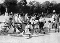 Roger-Viollet | 601060 | Children at the Tuileries Garden. Paris (Ist arrondissement), 1941. | © LAPI / Roger-Viollet