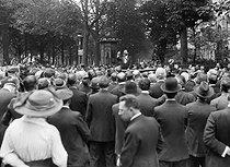 Roger-Viollet | 601846 | Funeral of Jean Jaurès (1859-1914), French politician. Speech of Marcel Sembat (1862-1922) on the Champs-Elysées. Paris (VIIIth arrondissement), August 1914. | © Albert Harlingue / Roger-Viollet