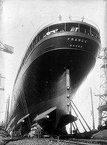 Roger-Viollet | 604157 | Construction of the first liner  France , 1912. | © Jacques Boyer / Roger-Viollet