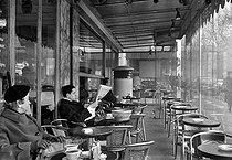Roger-Viollet | 604379 | Terrace of   Royal Saint Germain  , Saint Germain boulevard. Paris. | © Roger-Viollet / Roger-Viollet