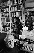 Roger-Viollet | 605468 | Eugène Ionesco (1909-1994), auteur dramatique français d'origine roumaine, chez lui. Paris (VIème arrondissement), 21 juin 1973. | © Jean-Pierre Couderc / Roger-Viollet