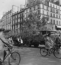 Roger-Viollet | 608491 | World War II. Traffic during the last days of the Occupation, German covered up vehicles coming from the front, Paris, August 1944. | © LAPI / Roger-Viollet