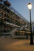 Roger-Viollet | 608579 | Night view of the Pompidou Centre. Paris (IVth arrondissement). | © Pierre Barbier / Roger-Viollet