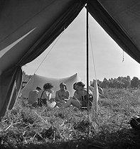 Roger-Viollet | 609621 | Camping and Culture. France | © Marcel Cerf / BHVP / Roger-Viollet