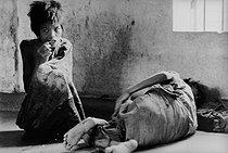 Roger-Viollet | 611591 | Vietnam War. In April, at the time of the fall of Saigon,  crazy  people in a mental home. Saigon (Vietnam), 1975. | © Françoise Demulder / Roger-Viollet