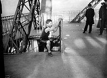 Roger-Viollet | 611730 | Paris - Eiffel Tower race | © Maurice-Louis Branger / Roger-Viollet