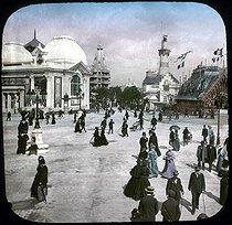 Roger-Viollet | 612341 | World Fair of 1900, Paris. Roundabout of Iéna's bridge. Detail of a colorized stereoscopic view. | © Léon & Lévy / Roger-Viollet