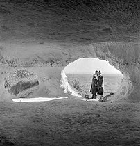 Roger-Viollet | 612588 | Camping and Culture. Cave dwelling in the Haute-Isle cliff. La Roche-Guyon (France) | © Marcel Cerf / BHVP / Roger-Viollet