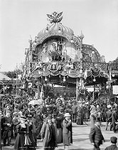 Roger-Viollet | 612918 | Paris, the Gingerbread Fair, Place de la Nation and Cours de Vincennes. | © Léon & Lévy / Roger-Viollet