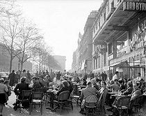 Roger-Viollet | 613168 | Paris.Terrace of a café, on the Champs-Elysées. April 23, 1955. | © Roger-Viollet / Roger-Viollet