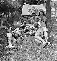 Roger-Viollet | 613747 | Camping and Culture. Draveil (France) | © Marcel Cerf / BHVP / Roger-Viollet