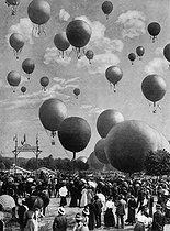 Roger-Viollet | 614987 | Balloons launched at the Bois de Vincennes during the 1900 World Fair in Paris. Blondel Collection. French National Library. | © Collection Roger-Viollet / Roger-Viollet