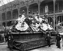 Roger-Viollet | 618389 | Carnival float with human flowers. Paris, about 1900. | © Léopold Mercier / Roger-Viollet