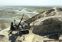 Roger-Viollet   618819   Second war in Afghanistan between the USA and the Northern Alliance against the Taliban following the September 11, 2001 attacks. Mujahideen artillery on the Northern Alliance front line in Aï-Khanoum near Khwadja Bahauddin. Afghanistan, September-October 2001.   © Jean-Paul Guilloteau / Roger-Viollet