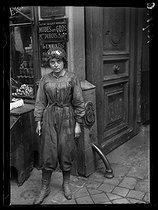 Roger-Viollet | 623552 | World War I. New jobs for women since the beginning of the war: car driver. Paris, June 1917. | © Excelsior - L'Equipe / Roger-Viollet