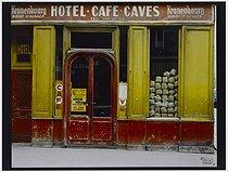 Roger-Viollet | 624964 | Hotel - café - wines, 62 rue Jean-Pierre Timbaud. Paris (XIth arrondissement), 1981. Photograph by Felipe Ferré. Paris, musée Carnavalet. | © Felipe Ferré / Musée Carnavalet / Roger-Viollet