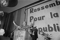 Roger-Viollet | 625000 | Jacques Chirac (born in 1932), mayor of Paris, at the platform, during a congress of the Rally for the Republic political party (R.P.R., Rassemblement Pour la République), April 1978. | © Jacques Cuinières / Roger-Viollet