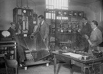 Roger-Viollet | 626176 | Poste de TSF, 15 kw. Pour les grandes distances. Avec second en partant ou la droite de profil le physicien français Léon Drillouin (1889-1969). Clichy, 1925. | © Jacques Boyer / Roger-Viollet