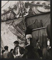 Roger-Viollet | 626524 | Groupe d'enfants devant un chapiteau | © Pierre Jahan / Roger-Viollet