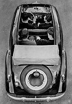 Roger-Viollet | 627833 |  Dyna  Panhard car equipped with a sun roof, 1950. | © Jacques Boyer / Roger-Viollet