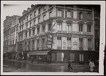 Roger-Viollet | 630813 | Facade of the building of the café-restaurant du Croissant, where was assassinated Jean Jaurès (1859-1914), French politician. Paris (IInd arrondissement), rue Montmartre. | © Albert Harlingue / Roger-Viollet