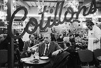 Roger-Viollet | 631537 | PARIS - COTILLONS - REVEILLON DU JOUR DE L'AN A PIGALLE | © Jean-Pierre Couderc / Roger-Viollet