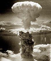 Roger-Viollet | 631643 | Guerre 1939-1945. Vue aérienne du champignon atomique suite au largage de la bombe sur Nagasaki (Japon), le 9 août 1945. | © Bilderwelt / Roger-Viollet