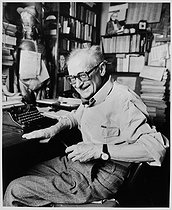 Roger-Viollet | 631912 | Léo Malet (1909-1996), French writer, at his place. Châtillon (Hauts-de-Seine), March 1983. | © Bruno de Monès / Roger-Viollet