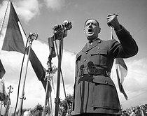 Roger-Viollet | 633227 | Charles de Gaulle (1890-1970), French statesman, making a speech. Bordeaux (France), 1947. | © Roger-Viollet / Roger-Viollet