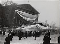 Roger-Viollet | 635813 | Corpse of Jean Jaurès (1859-1914), French politician, transferred to the Pantheon. Departure from the Chamber of Deputies, hearse carried by miners from Carmaux. Paris, on November 23, 1924. | © Albert Harlingue / Roger-Viollet