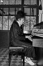 Roger-Viollet | 638582 | Serge Gainsbourg (1928-1991), French singer-songwriter. Paris, on April 1st, 1982. | © Roger-Viollet / Roger-Viollet
