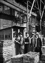 Roger-Viollet | 639990 | Employees getting their pay at the Halles market. Paris, 1923-1924. | © Collection Roger-Viollet / Roger-Viollet