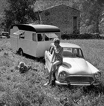 Roger-Viollet | 641012 | Presentation of the Aronde Simca P 60 towing a caravan, in Monte Carlo, on August 30, 1958. | © Roger-Viollet / Roger-Viollet