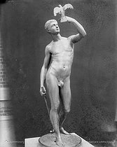 Roger-Viollet | 642235 | G.Guitton.  Le Passant et la Colombe . Paris, musée du Luxembourg. | © Léopold Mercier / Roger-Viollet
