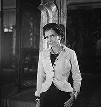 Roger-Viollet | 642827 | Coco Chanel, couturière française | © Boris Lipnitzki / Roger-Viollet