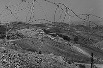 Roger-Viollet | 643922 | Algerian War of Independence. The French Army's fort in M'Zaourat, Mascara Area. Mined barbed wire fence, erected by the troop to protect the fort. Algeria, Summer 1961. | © Jean-Pierre Laffont / Roger-Viollet