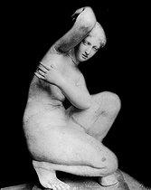 Roger-Viollet | 645913 | Vénus accroupie, Louvre. | © Léopold Mercier / Roger-Viollet