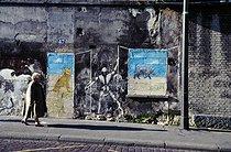 Roger-Viollet | 647732 | Fresco by Mosko. Paris, March 1998. Photograph by Léon Claude Vénézia (1941-2013). | © Léon Claude Vénézia / Roger-Viollet