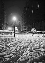 Roger-Viollet   647910   8 square du Rhône (author's home) at night under the snow. Paris (XVIIth arrondissement), March 1946. Photograph by René Giton known as René-Jacques (1908-2003). Bibliothèque historique de la Ville de Paris.   © René-Jacques / BHVP / Roger-Viollet