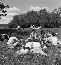 Roger-Viollet | 649273 | Camping and Culture association | © Marcel Cerf / BHVP / Roger-Viollet