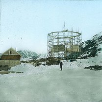 Roger-Viollet | 649396 | Andrée expedition to the North Pole. Spitzbergen, the balloon's hangar. 1897. Detail of a colorized stereoscopic view. | © Léon & Lévy / Roger-Viollet